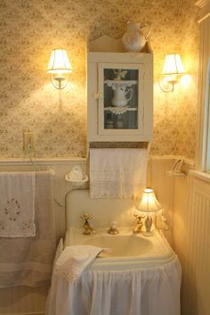 DIY Country Bathroom Decor Ideas Perhaps you think of home improvement work and think that such projects are beyond your capabilities. Rest assured that there are many easy projects that even a novice can master. Improving your home Cottage Bath, Cottage Living, Shabby Cottage, Cottage Chic, Cottage Style, Vintage Sink, Yellow Cottage, Sink Design, Cottage Interiors