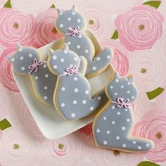 Hello (polka dot) Kitty cookies...with step-by-step decorating tutorial.