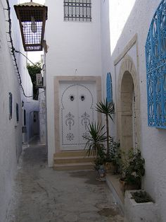 Narrow streets of Hammamet, Tunisia (by beliit).