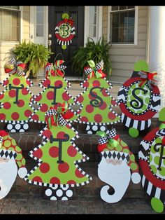 Celebrate your Christmas Party in Grinch style. Here are Best Grinch Themed Christmas Party Ideas from Grinch Christmas decor to Grinch Inspired recipes etc Christmas Yard Decorations, Christmas Yard Art, Christmas Wood, Christmas Signs, Christmas Projects, Christmas Wreaths, Christmas Ornaments, Christmas Door Hangers, Cardboard Christmas Tree
