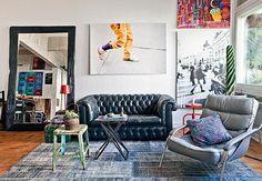 Os móveis escuros e as paredes descascadas e brancas reforçam o ar de loft da casa do fotógrafo Lufe Gomes. O tapete de patchwork azul tem uma pegada totalmente jeans