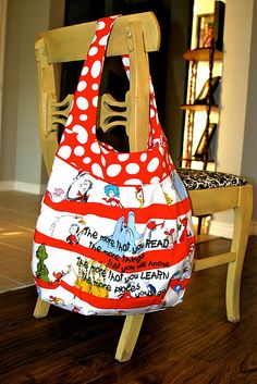 Dr Suess library bag - My kids are too old for this and no grandbabies yet, but heck, Im not too proud to use this Skinny Meg, Dr Seuss Nursery, Sewing Crafts, Sewing Projects, Library Bag, Dr Suess, Bag Making, Baby Gifts, Crafty