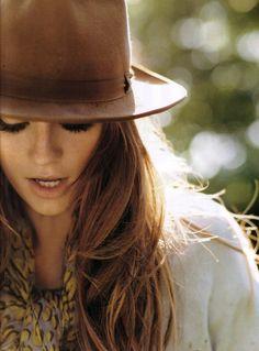 Quelle couleur de foulard pour une brune, une femme aux cheveux châtains foncé ou bruns, à la peau mate ou claire, les yeux bleu, marron ou vert.