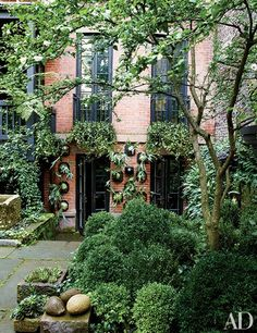 Dark color scheme in Julianne Moore's Verdant New York City Garden : Architectural Digest Julianne Moore, Architectural Digest, Dream Garden, Home And Garden, Townhouse Garden, Garden Architecture, Contemporary Garden, West Village, Celebrity Houses