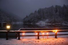 Winterhochzeitsempfang im Fackelschein auf der Seeterrasse am Riessersee in Garmisch-Partenkirchen - winter wedding reception with torch lights in Garmisch, Bavaria, Germany