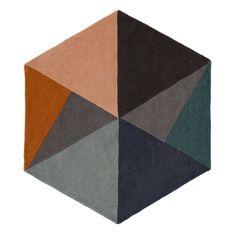 <p>Wunderbar weich unter den Füßen ist unser Teppich Balleby aus reiner Wolle. Er wird mit seiner ungewöhnlichen sechseckigen Form ein Mittelpunkt für jedes Zimmer. Das skandinavisch inspirierte Dreiecksmuster in nordischer Geradlinigkeit strahlt angenehme Klarheit aus.</p>