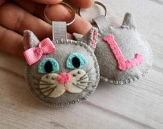 Handmade Felt Home Decor and Embroidered jewelry por DusiCrafts Cat Lover Gifts, Cat Gifts, Felt Keychain, Ribbon Cards, Hand Sewing Projects, Felted Wool Crafts, Felt Cat, Felt Patterns, Cat Colors