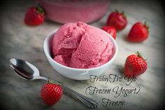 Homemade Strawberry Frozen Yogurt - What's more refreshing that a bowl of your favorite Frozen Yogurt? Frozen yogurt made by you!! - Try this easy 5 min. recipe with NO ICE CREAM MACHINE. Fat free, gluten free, no refined sugar. Healthy and refreshing!