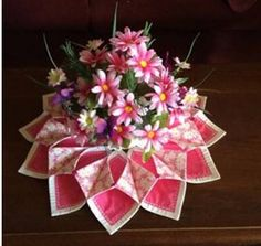 Fold n Stich wreath with Valentine flower bouquet Ribbon Crafts, Fabric Crafts, Sewing Crafts, Quilted Table Toppers, Quilted Table Runners, Holiday Wreaths, Holiday Crafts, Origami Candle, Quilt Wall Hangers