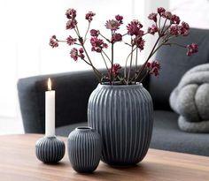 Die weinroten Skabiosen kommen dank der grauen Vase erst richtig zum Strahlen. Passend dazu gibt es noch einen Kerzenleuchter mit dem selben hübschen...