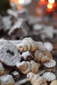 Plätzchen Vielfalt_ Haselnuss Nougat Hörnchen_ Marzipan Bällchen - Mokka Plätzchen - Mandel Karamell Plätzchen - Mokka Baiser Plätzchen (27) Candy Recipes, Dessert Recipes, Christmas Sweets Recipes, Biscuits, Xmas Cookies, Baking And Pastry, Dessert Drinks, Cookie Desserts, Cakes And More