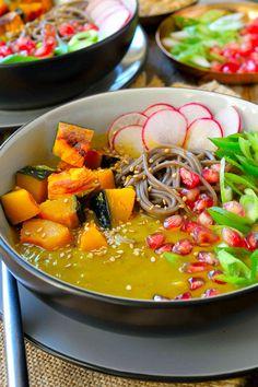 Esta sopa de calabaza japonesa kabocha con fideos soba representa un almuerzo completo o cena, todo en un bol. La calabaza kabocha, dulce, los fideos soba, con sabor a nuez, semillas de granada crujientes y rábano picante combinan en esta sopa caliente y reconfortante, perfecta para una tarde fría de otoño o invierno.