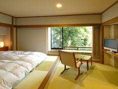 一段高くして布団をベッドのようにした和モダンな洋室。