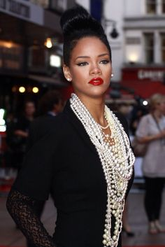 RIHANNA ON THE RED CARPET One of the questions that I often ask during interviews is who is your style Icon? 2014 Fashion Trends, Trends 2018, Pearl Necklace Outfit, Pearl Necklaces, Layering Necklaces, Statement Necklaces, Mode Rihanna, Paisley, Jewelry Trends