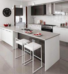 O básico com muito charme o arquiteto soube muito bem aplicar as cores básicas nesse projeto deixando uma cozinha com um@ar clean e muito chic. #lardocedecor fotonãoautoral
