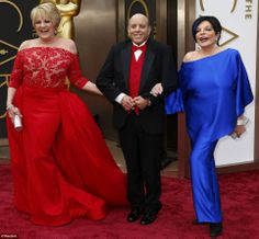 LIZA MINNELLI: SISTER There with half-sister Lorna Luft (and Lorna's brother Joe) to commemorate the anniversary of their mom Judy Garland's Wizard of Oz, Minnelli rocks her cool blue hair on the carpet as only she can. Judy Garland Children, Judy Garland Daughter, Liza Minnelli, Lorna Luft, Fairytale Gown, Kelly Osbourne, Star Wars, Nice Dresses, Bow Braid