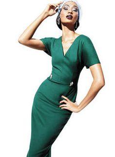 Un vestido con aire retro y en verde grama (como el de la foto, diseño de Jil Sander) es la mejor manera de conectar con tu lado femenino y ganar en seducción. #Moda