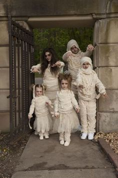 Halloween costume ideas for family – Mummy Halloween costumes! Perfect for mom, … Halloween costume ideas for family – Mummy Halloween costumes! Perfect for mom, dad, and little kids, too. Scary Costumes, Creative Halloween Costumes, Family Costumes, Halloween Outfits, Halloween Kids, Halloween Party, Costumes Kids, Costumes For Moms, Monster Costumes