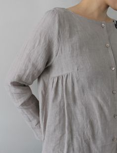 Linen blouse - I wonder if you could take any bust dart and add gathers to it. Look Fashion, Fashion Design, Latest Fashion, Fashion Trends, Moda Casual, Linen Blouse, Linen Tunic, Inspiration Mode, Mode Vintage