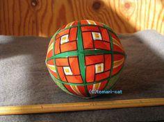 絹てまり「巻き椿」緑地、赤花、帯青 手まり 手毬 手鞠