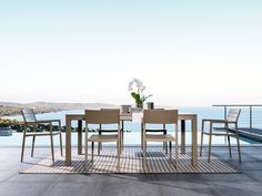 The frame and seat in round aluminium bar make the Elite Chair extremely practical, easy to clean and stackable; it is available in two colours, white or taupe, with or without armrests. This outdoor chair is modern in design. Light and very comfortable, it is as suitable for terraces and gardens as it is for public places.