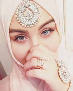 Discover the trendy hijab Get inspired! Best Ways to Wear a . - Discover the trendy hijab Get inspired! Best ways to wear a hijab and tips to perfect your look. Wedding Hijab Styles, Pakistani Wedding Outfits, Muslim Wedding Dresses, Hijab Fashionista, Hijab Bride, Beautiful Muslim Women, Beautiful Hijab, Beautiful Clothes, Maquillaje