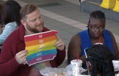 食べ終えるとそこには「We are all the same inside」の文字→ゲイパレードで発売された BK「プラウドワッパー」