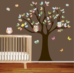Muursticker boom met uilen en gekleurde blaadjes.