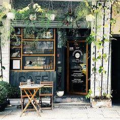 coffee vintage New design cafe exterior coffee shop ideas Cozy Coffee Shop, Small Coffee Shop, Coffee Store, Cofee Shop, Best Coffee Shop, Cafe Shop Design, Small Cafe Design, Cafe Interior Design, Café Exterior