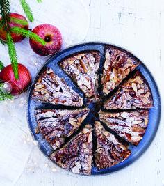 Æblekage med kanel er altid godt, men når der tilmed kommer revet marcipan i dejen, kan man næsten høre englene synge. Den kendte klassiker er her blevet opgraderet med et velfungerende tvist af marcipan.