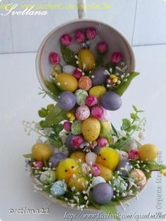 So beautiful! Easter Flower Arrangements, Easter Flowers, Diy Easter Decorations, Decoration Table, Easter Projects, Easter Crafts, Spring Crafts, Holiday Crafts, Cup And Saucer Crafts