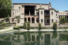 MONASTERIO DE YUSTE • El Monasterio de Yuste es uno de los más conocidos de España gracias a su vinculación histórica con los últimos dos años de vida del emperador Carlos V (1556-1558), además de por su riqueza artística y el magnífico entorno natural en que se encuentra, en la comarca de la Vera. El Monasterio de Yuste está ubicado junto a la población de Cuacos de Yuste, cerca de la Sierra de Gredos, en la comarca de La Vera de Cáceres.