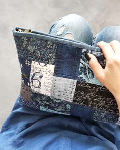 Blue clutch #quiltndolldesign #annastudio #bagdesign #handmadebag #handwork #quilt #quilting #patchwork #퀼트앤돌디자인 #애나스튜디오 #가방디자인 #퀼트가방패키지 #퀼트가방 #퀼트 #패치워크 Fabric Gifts, Fabric Bags, Anna Studio, Boho Bags, Linen Bag, Denim Bag, Sewing Accessories, Quilted Bag, Cute Bags