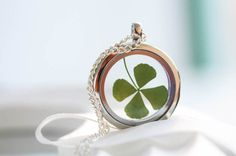 Silberne Medaillon-Kette mit echtem Kleeblatt, Glücksbringer, Schmuck / cute silver necklace with locket and true shamrock made by Bling-Bling Boutique via DaWanda.com