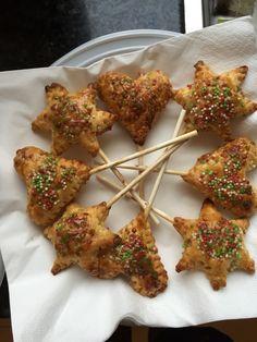 Appelflap lollie Vormpjes uit bladerdeeg, vullen met stukjes appel met kaneel en suiker. In de oven volgens tijden op de verpakking