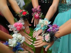Homecoming corsage picture ideas #homecoming #corsage #senior #highschool #dance
