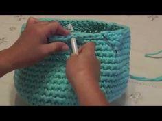 Crochet - Bolso de trapillo Crochet Bowl, Crochet Art, Love Crochet, Crochet Stitches, Crochet Hooks, Crochet Handbags, Crochet Purses, Crochet Designs, Crochet Patterns