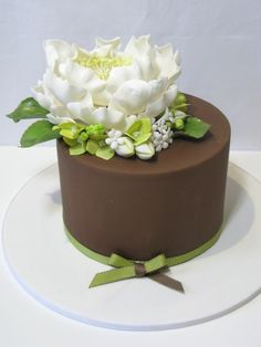 Love the contrast form the dark brown cake to the large flower.