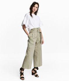Beige. Weite Hose aus Leinen-/Baumwollmischgewebe. Modell mit hohem Bund und breitem Bindegürtel. Vorn ein Reißverschluss.