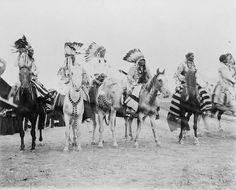 Blackfoot riders - Confédération des Pieds-Noirs — Wikipédia des guerriers pieds-noirs à cheval, vers 1907