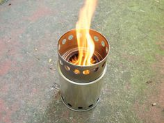 Wood Gas Camp Stove: Make a simple tin can stove that costs cents, runs for free and sequesters carbon as you cook Off The Grid, Camping Meals, Tent Camping, Camping Stuff, Diy Camping, Camping Recipes, Wood Gas Stove, Wood Stoves, Wood Gasifier
