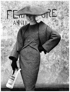 "Vintage Handbags Model in Christian Dior's Y-Line dress called ""Blue de Perse"", photo by Regina Relang, Paris, 1955 - Model in Christian Dior's Y-Line dress called ""Blue de Perse"" Paris, 1955 Photo Regina Relang Dior Fashion, Fashion Books, 1950s Fashion, Love Fashion, Fashion Models, Vintage Fashion, Weird Fashion, Classic Fashion, Victorian Fashion"