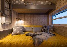 Gult og grått Modern Cabin Interior, Bed Nook, Building A Cabin, Copper Decor, Weekend House, Cabin Interiors, Diy Bed, Modern Kitchen Design, Log Homes