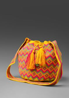 Las bolsas tejidas de los Wayúu I don't like the colors, but the design and pattern are great. It would be nice in crochet tapestry stitch. Crochet Handbags, Crochet Purses, Crochet Hooks, Knit Crochet, Crochet Bags, Tapestry Bag, Tapestry Crochet, Mochila Crochet, Yarn Bag