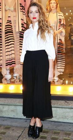 Amber Heard wore a white button-up blouse tucked into a black maxi skirt with black heeled oxfords and a red lip. Amber Heard Style, Amber Heard Hair, Work Fashion, Fashion Outfits, Fashion Black, Casual Outfits, Looks Chic, Street Style, Lookbook