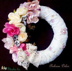 Vintage nyári kopogtató (24 cm) KÉSZTERMÉK (pinkrose) - Meska.hu Floral Wreath, Wreaths, Diy, Vintage, Home Decor, Do It Yourself, Flower Crown, Decoration Home, Door Wreaths