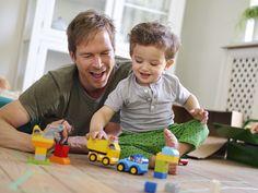 Sohn und Vater spielen mit LEGO DUPLO 10816 My First Cars And Trucks http://www.spielzeug24.ch/ki/Duplo-Ville-71887.html