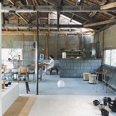 いいね!237件、コメント2件 ― Shunsuke Kato(NOTA&design)さん(@kato_shunsuke)のInstagramアカウント: 「気持ち良い温度。 本日は店内で作業してます。 _ #notashop #nota_shop #notaanddesign #interiordesign #shopdesign…」 Industrial Cafe, Industrial Living, Cafe Interior, Interior And Exterior, Cafe Japan, Japanese Bar, Gallery Cafe, Bokashi, Outdoor Restaurant