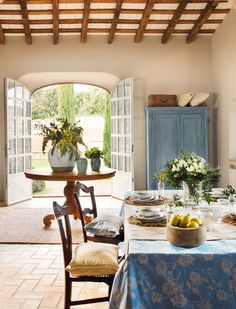 0460. comedor con mantel de flores en una casa rustica