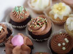 Ihanat minttusuklaa kuppikakut ovat pehmeän mehukkaita ja herkullisia suupaloja. Nämä herkut ovat varsinkin lasten mieleen. Minikokoiset cupcaket ovat myös söpöjä ja näyttäviä juhlatarjoiltavia. Suklaamoussekuorrutus toimii mehevän minttusuklaakakkupohjan kanssa loistavasti. Korsiteeksi kakkuihin voi käyttää minttukarkkeja tai nonparelleja.